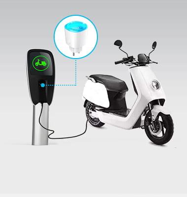 Enchufe inteligente Bluetooth MK115B en uso de medición de carga de motocicleta